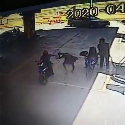 匪徒骑摩哆经过女子身边,伺机抢走女子肩上的手提包。
