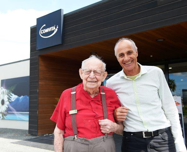 Comvita由Claude Stratford(左)和Alan Bougen于1974年在纽西兰成立。