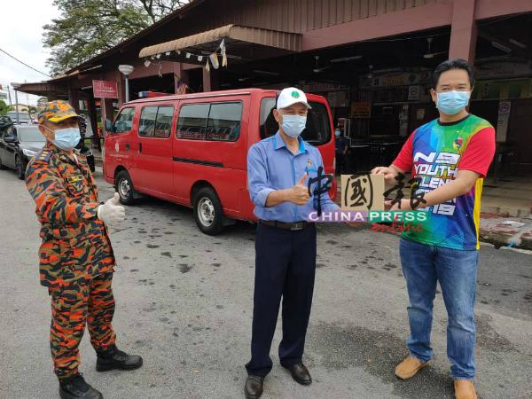 张聒翔(右)赠送搓手液与口罩予拉惹诺拉兹里(中),鼓励前线人员在行动管制令期间执法。