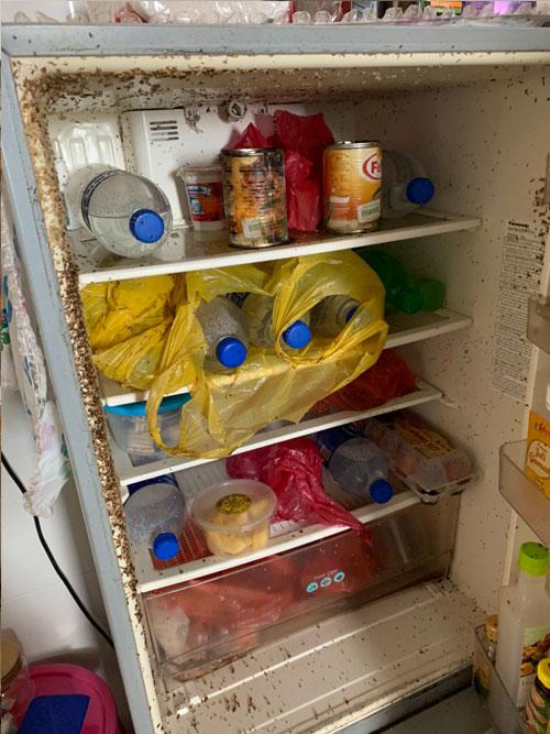 冰箱的状况惨不忍睹,有网民建议莫哈末阿迪将冰箱换掉。