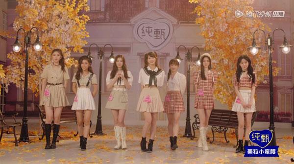 担任C位的朱主爱(中)与其他6位队员一同表演《除了春天、爱情和樱花》。
