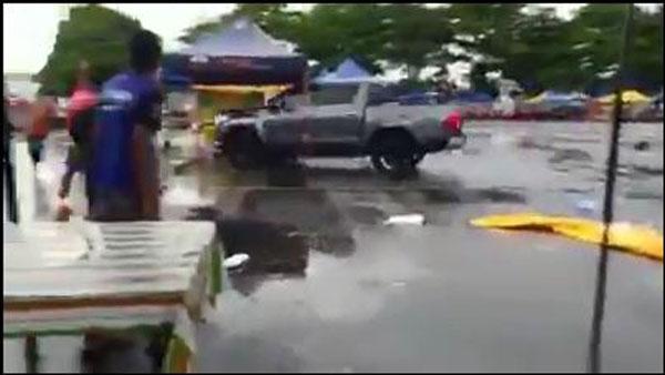 嫌犯驾着货卡在斋戒月市集到处乱撞。