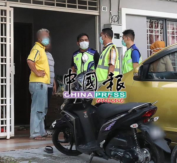 率队警官询问屋主是否违法,在开斋节次日群聚。