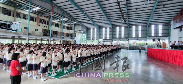 波中全校学生将在波中李万国刘岳蝉教育基金下受惠。