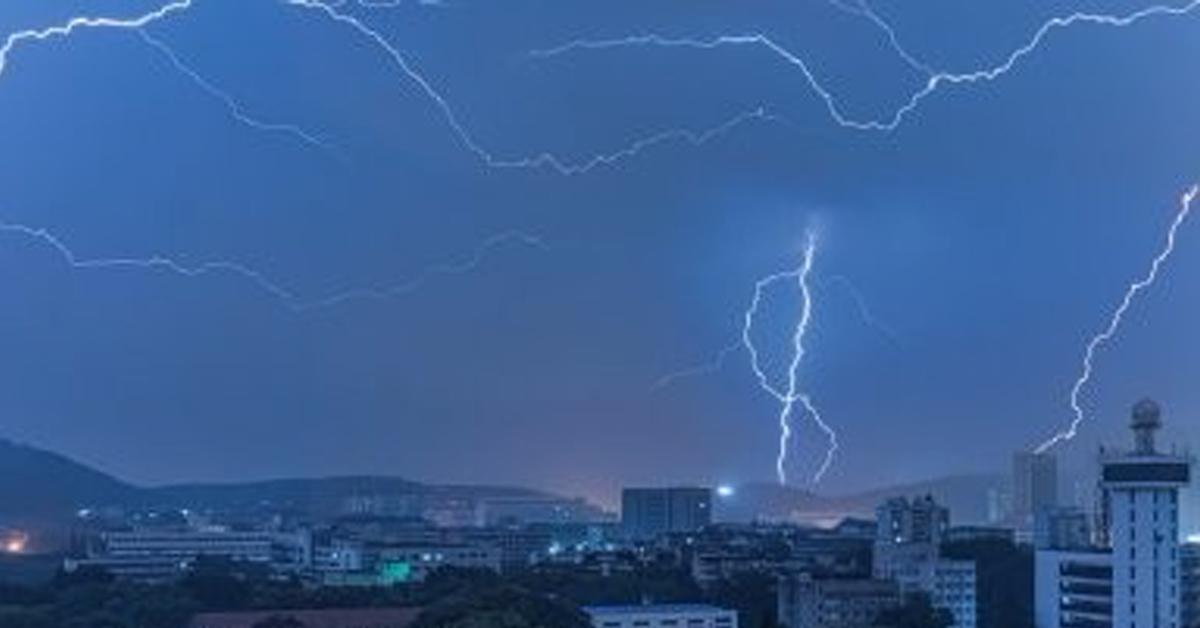 中国湖北一夜闪电14万次,武汉还加狂风暴雨。