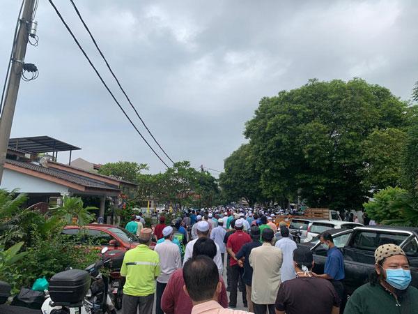 大批信徒聚集在依斯迈卡慕斯丧府外。
