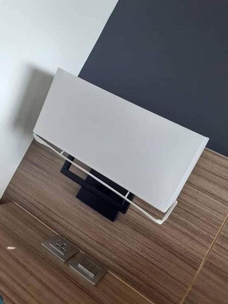 酒店卧房内的电视荧幕被拆掉。