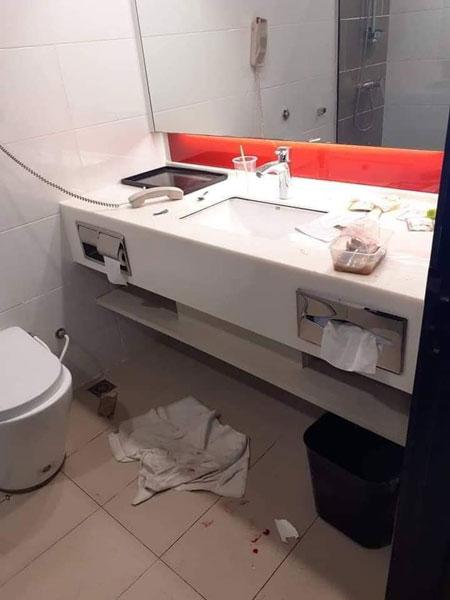 饭盒、饮料瓶等被随意放置在浴室内,地上也充满污渍,雪白的毛巾满是污垢,就连客服电话也没有安置回原位。
