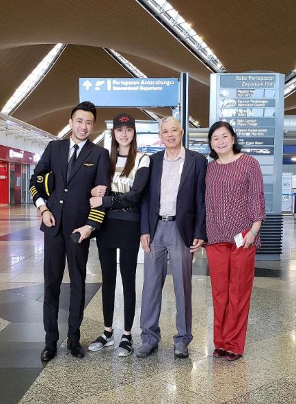 刘芷希(左2)为了父母暂别娱乐圈。