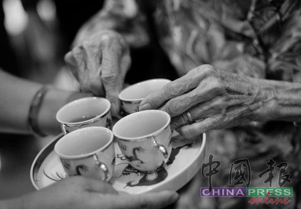 华人婚礼的传统敬茶仪式,或会因为疫情新常态而做出小调整。