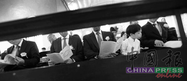 疫情前的一般教堂婚礼,大家都会并肩坐在长椅上。