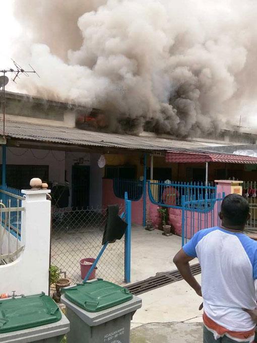 淡边运达花园开斋节上午发生大火烧毁了4所廉价屋事件,导致一名华妇葬身火海。