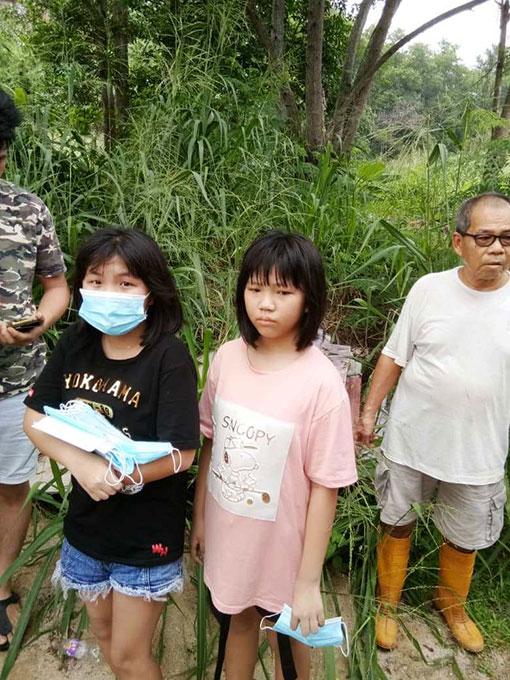 侥幸获邻居相助逃出灾场的苏依萱(左起)与依婷姐妹。