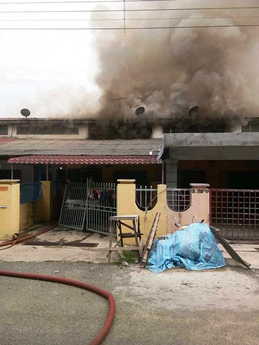 火灾现场冒出令人望而生畏的股股浓浓黑烟。
