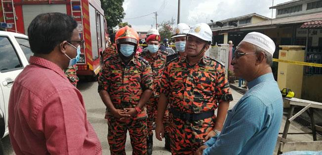 森州消拯局局长拿督韩丹(右2起)在纳登指挥官陪同下,向威拉班(左)与哈山博士(右)汇报火患灾情。