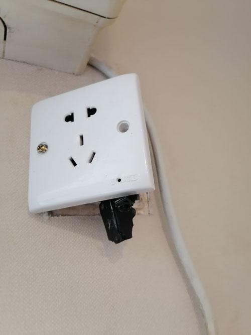 女租客在公寓内发现插座里藏有摄像头。