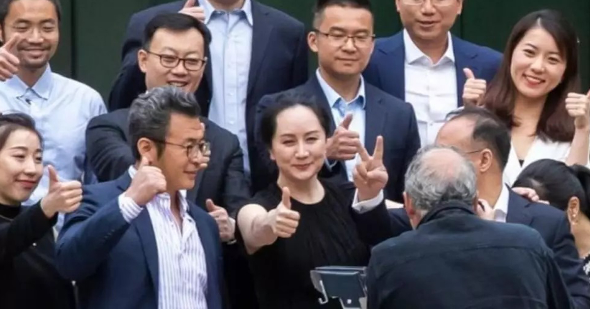 孟晚舟5月23日與包括華為副總裁彭博在內的多名支持者在法院前豎起大拇指合照。