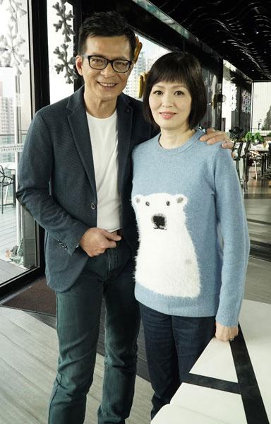 黄日华的妻子梁洁华(右)周二(26日)在医院逝世。