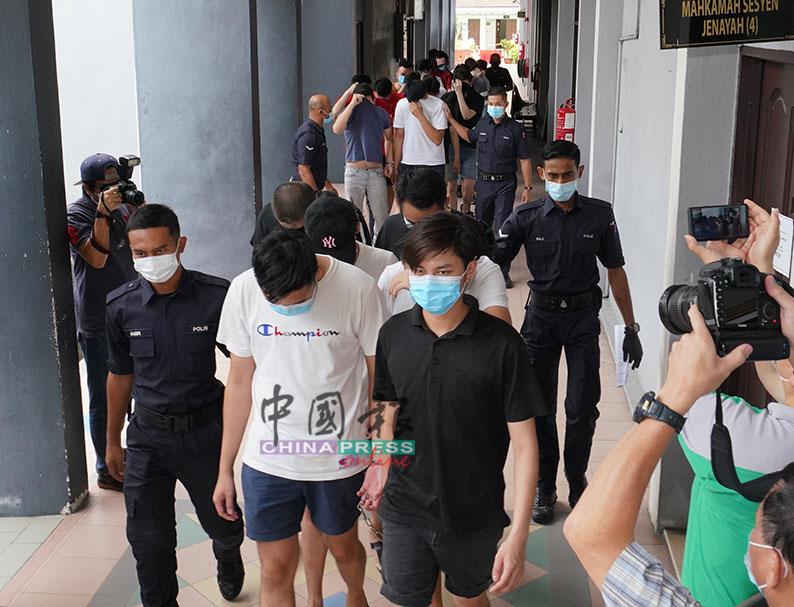 26名男顾客被押上推事庭面控。