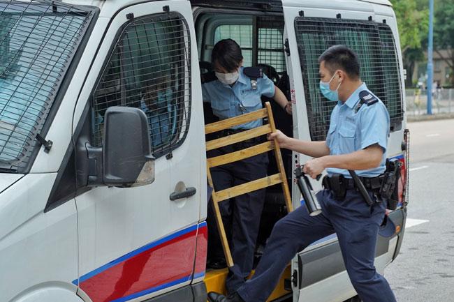 警察检走一张木凳。