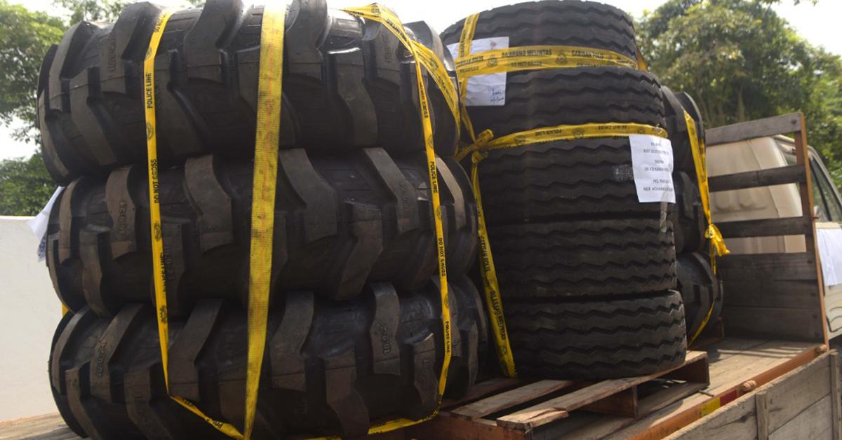 警方在行动中,起获大批轮胎。