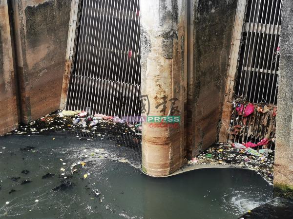 位于帆加南马组屋后方的河流垃圾过滤站堆积大量垃圾,且水质发黑。