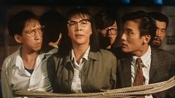 郑裕玲(中)、梁家辉(右)、张坚庭等人在《表姐你好嘢!》被坏人抓到,她的一段对白竟成神预言。(翻摄自YouTube)