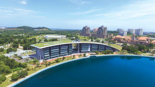 坐落在布城湖畔的赫瑞•瓦特大学马来西亚校区,为学生提供一个绝佳的学习环境。