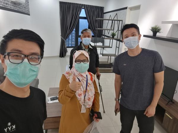 KYY企业社会责任经理薛长盛(左一)安排租户入住KYY Home房间。