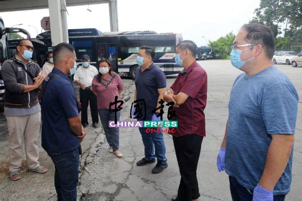 巴拉吉(左)向马华亚沙区会领袖反映司机面对的问题,右起为杨千篁、王金隆、吴健南及何彩思。