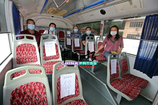为确保安全社交距离,巴士如今每次的载客量只限于15人,左起为王金隆、覃勇刚、杨千篁、吴健南及何彩思。