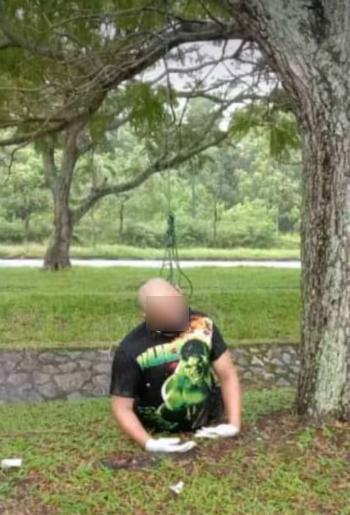 死者戴着口罩及手套上吊,遗体呈半跪状。(取自面子书)