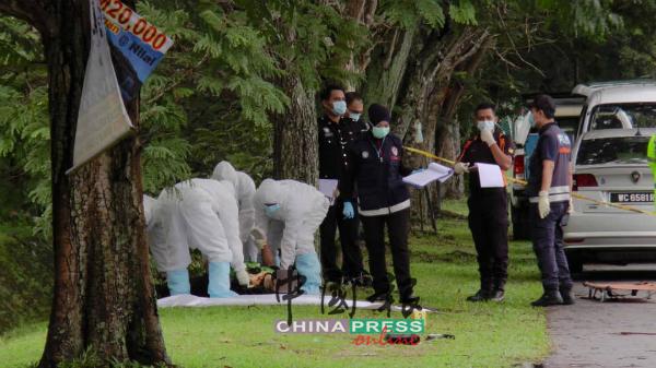 警方全副武装,将死者遗体用白布包裹,准备送往医院太平间。
