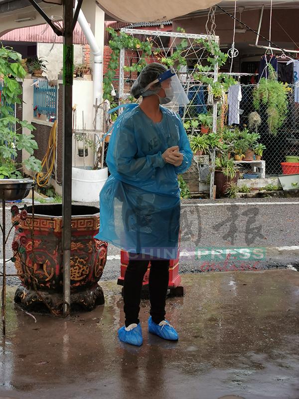 黄秋坪身穿隔离衣、戴着面罩、口罩、头套及鞋套抵达灵堂,做好防范措施。