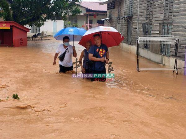 市议员丘世龙(左)与马口州议员服务团队成员,冒险进入灾区救人。