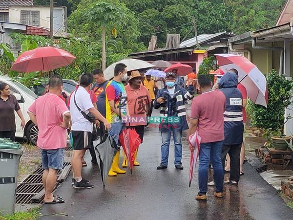 张聒翔(左3)与市议员、村长们,在现场与居民交流,试图找出解决方案。