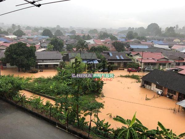 从高处观看马口平民屋与朱区村的水灾情况,一片汪洋。