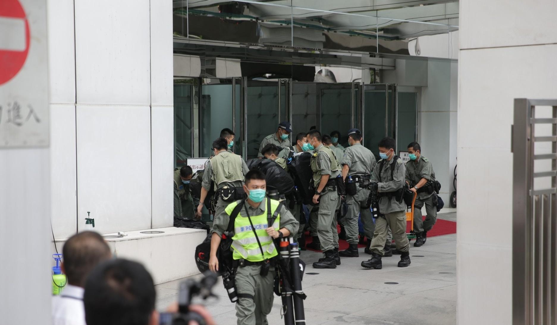 中联办门外有香港防暴警戒备。