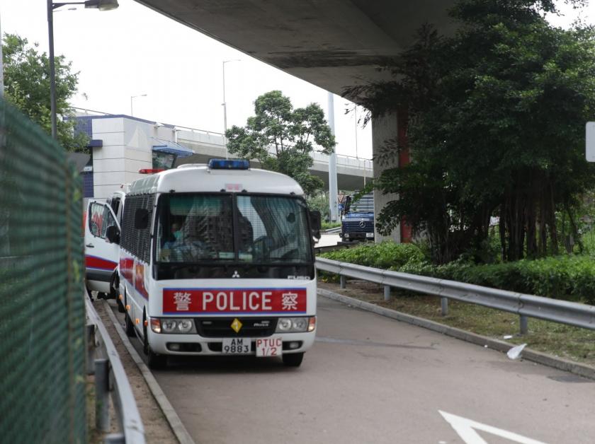 载满防暴警的巴士前往中联办。