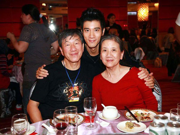 王力宏出身书香世家,爸爸是台大医学系毕业,妈妈是政大毕业。