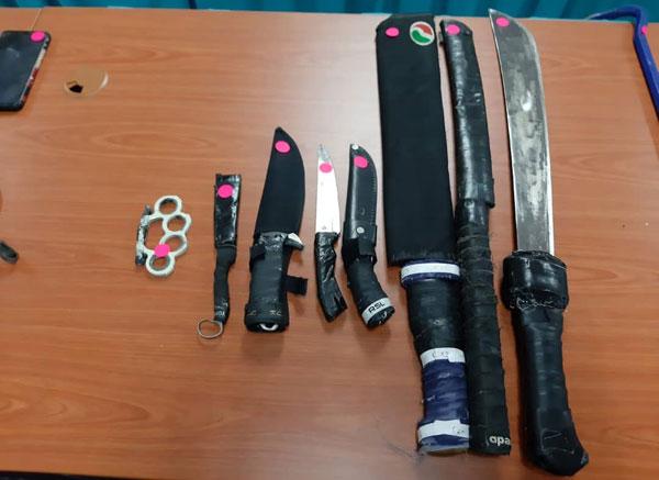 警方起获匪徒的3把巴冷刀和4把小刀。