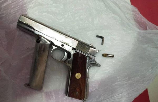 警方起获匪徒的白朗宁手枪。