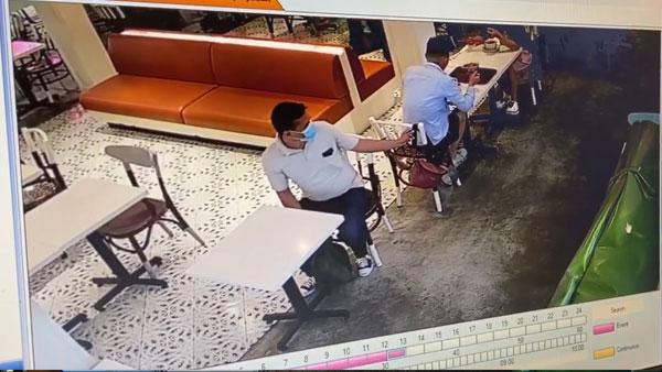 商场的监视器清楚拍下口罩男的犯案过程。(图/翻摄自易桀齐面书视频)