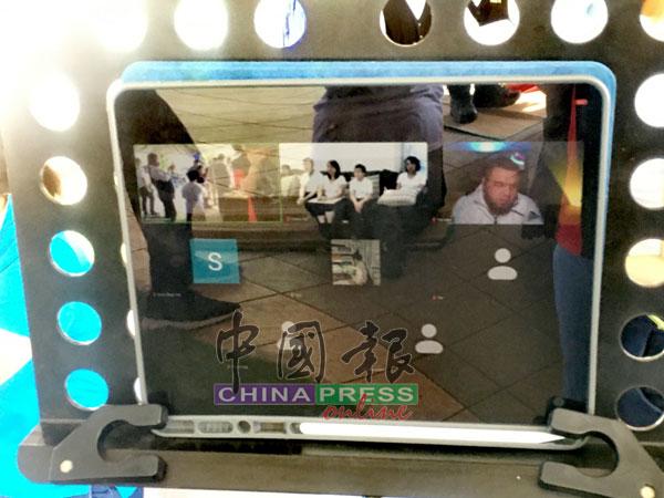陈炳城三名儿女远在荷兰及美国,在直播跟着大家一起念经。