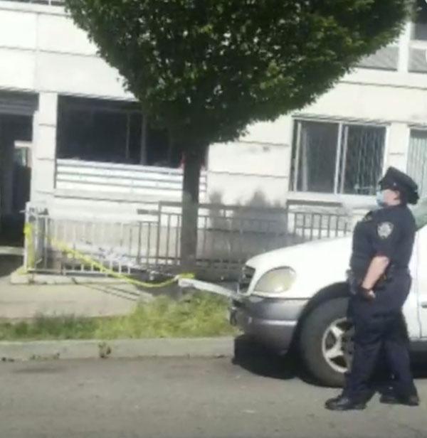 警察封锁公寓楼,调查案件。