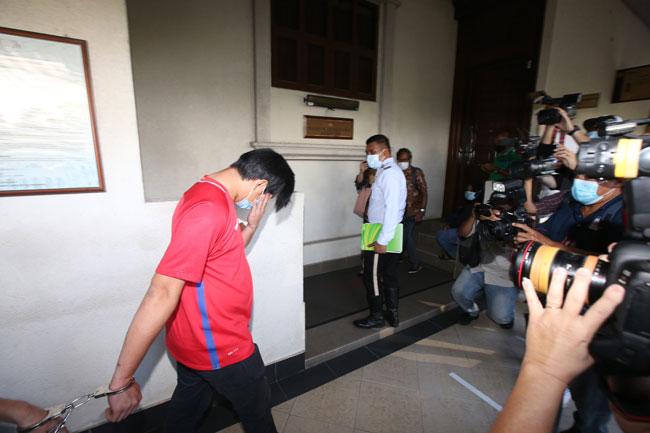醉酒驾驶撞死foodpanda送餐员华裔司机,周一被带上吉隆坡交通法庭,被控醉酒驾驶。