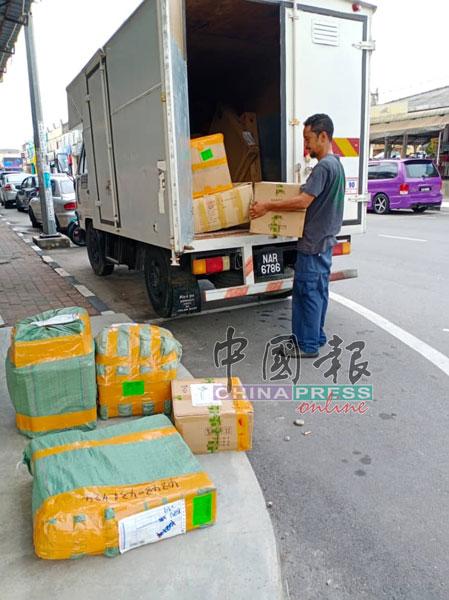 新冠肺炎疫情下,客户和商家通过网购者渐多,快递公司员工正准备把这批中国寄来的货物载送给客户。