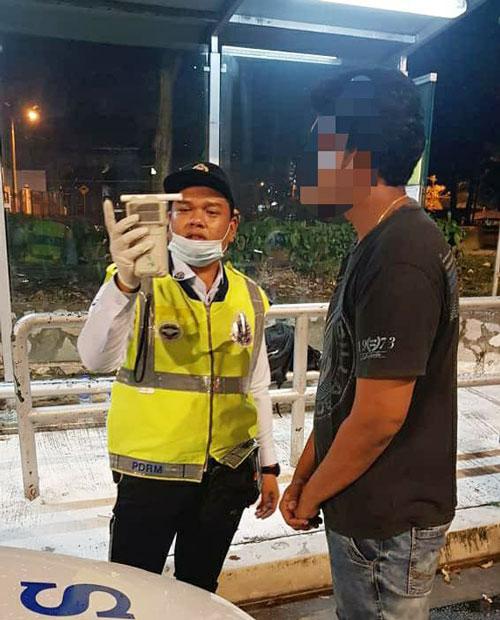 警方向驾驶者进行酒气检测。