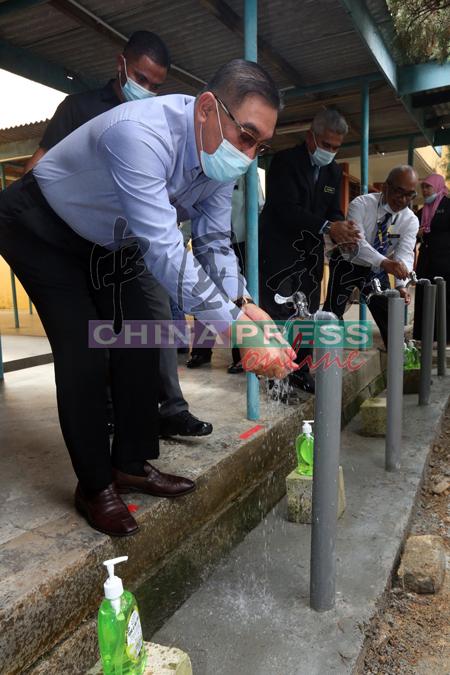 校方也在每个水龙头处置放搓手液,方便师生随时使用。