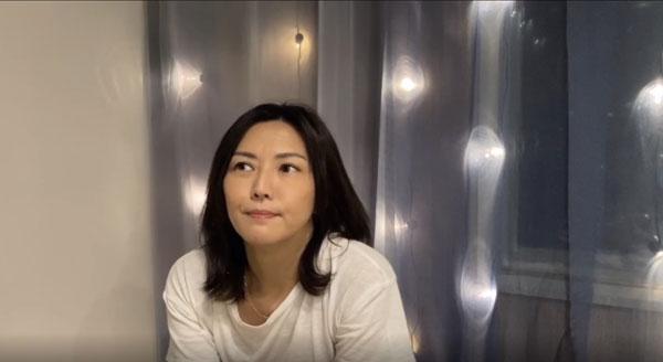 孙燕姿在没有任何预告下,直接开直播聊天和唱歌。
